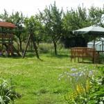 duży ogród, plac zabaw